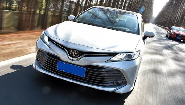Российские дилеры Toyota объявили о начале продаж бизнес-седана Camry петербургской сборки